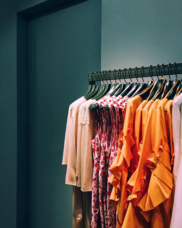 vêtements colorés pour femme sur un portant