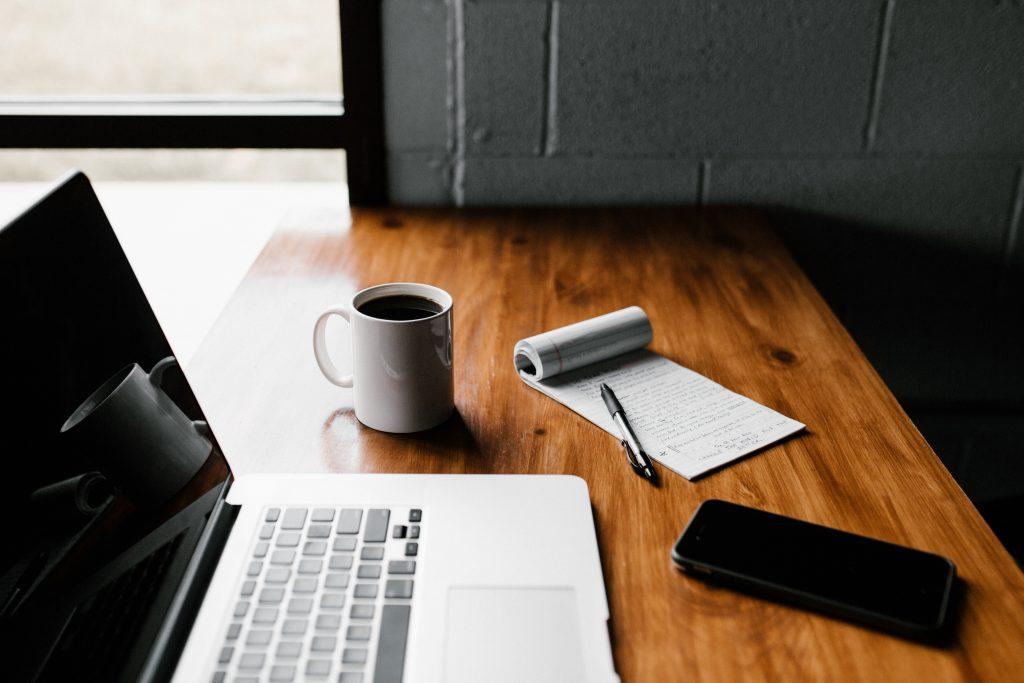 ordinateur portablet et objets sur un bureau