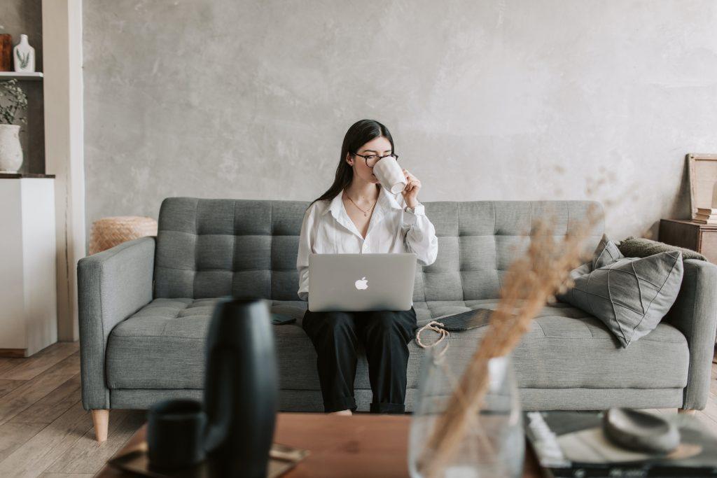 femme travaillant sur son ordinateur dans son salon