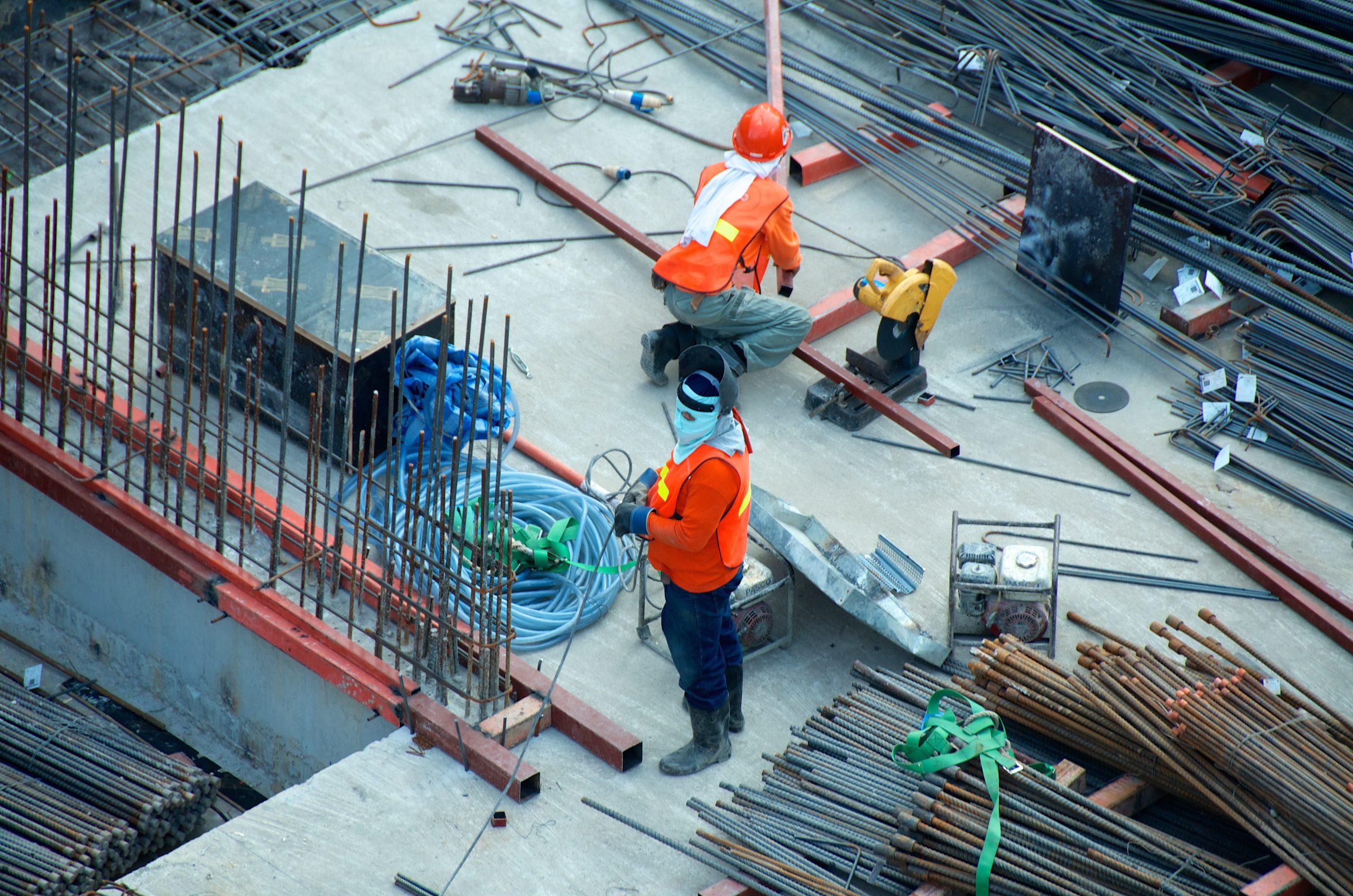 Un cahntier de construction avec deux ouvriers