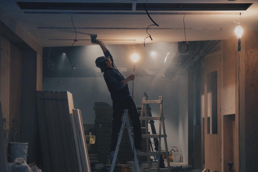 Artisan et ouvrier sur un chantier