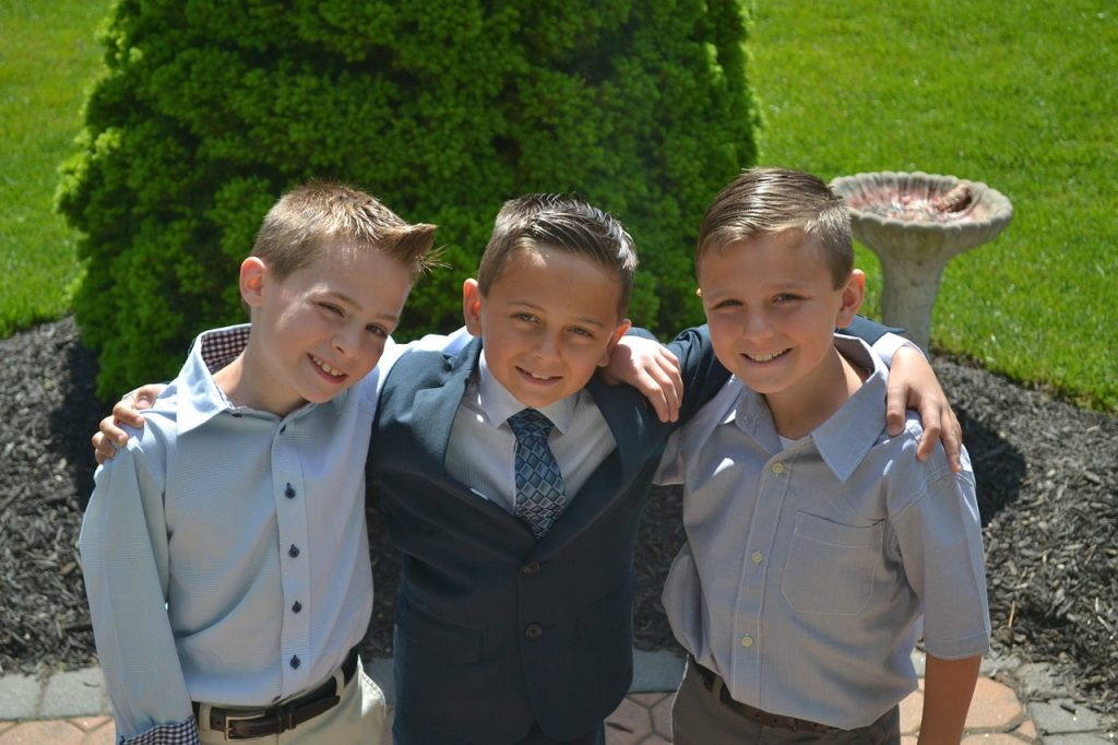 trois garçons en costume