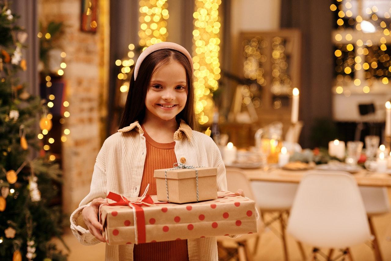 petite fille qui tient des cadeaux